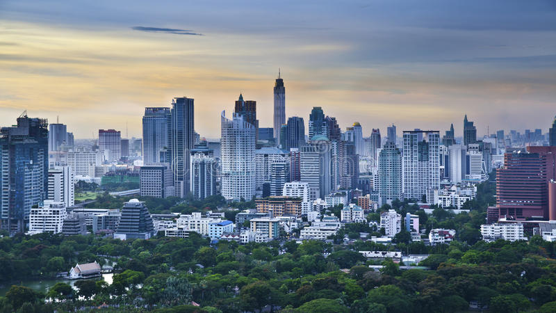 Σύγχρονη πόλη σε ένα πράσινο περιβάλλον, Suan Lum, Μπανγκόκ, Ταϊλάνδη στοκ εικόνα με δικαίωμα ελεύθερης χρήσης