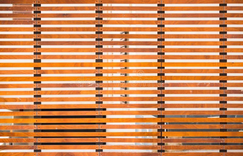 Σύγχρονη πύλη πορτών μετάλλων κυλώντας με την ξύλινη ολίσθηση, άποψη λεπτομέρειας στοκ φωτογραφίες