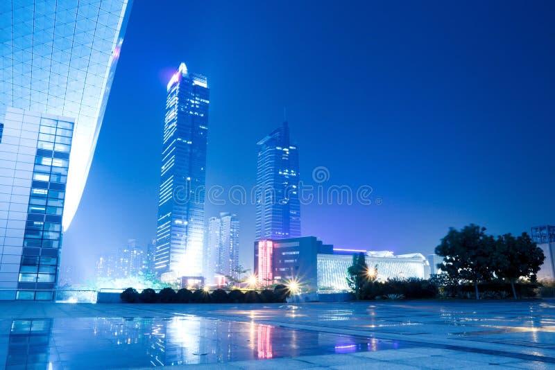 σύγχρονη σκηνή νύχτας πόλεω& στοκ φωτογραφία με δικαίωμα ελεύθερης χρήσης