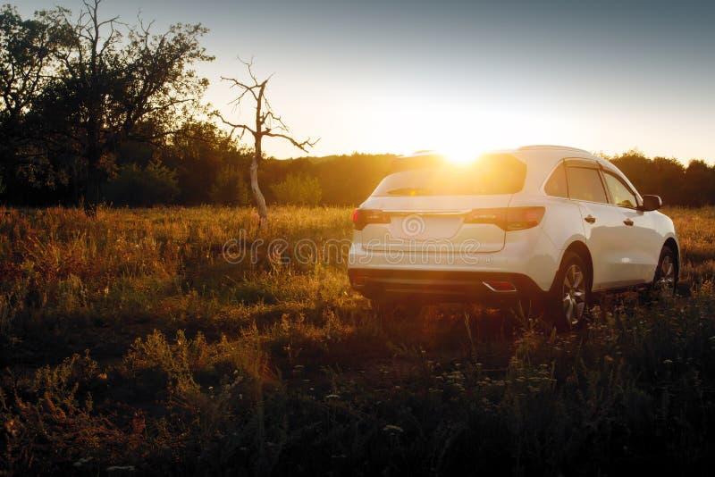Σύγχρονη στάση αυτοκινήτων σε πλαϊνό στο ηλιοβασίλεμα στοκ φωτογραφία με δικαίωμα ελεύθερης χρήσης