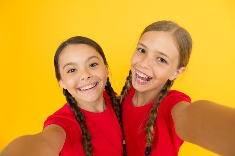 Σύγχρονη τάση Blogging Προσωπικό blog Σύλληψη των στιγμών Κορίτσια παιδιών που παίρνουν τη φωτογραφία Ευτυχή πρόσωπα παιδιών παιδ στοκ φωτογραφία