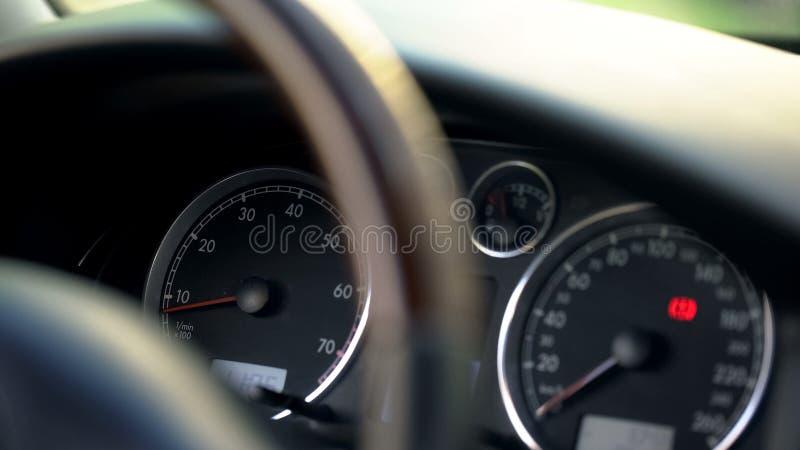 Σύγχρονη ταμπλό αυτοκινήτων και κινηματογράφηση σε πρώτο πλάνο τιμονιών, όχημα και μεταφορά στοκ φωτογραφία με δικαίωμα ελεύθερης χρήσης