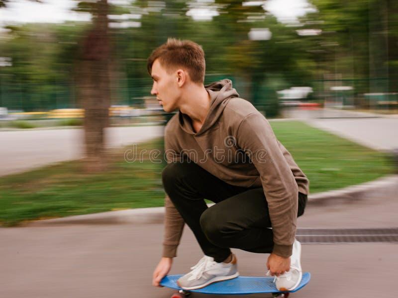 Σύγχρονη ταχύτητα θαμπάδων τρόπου ζωής hipster αγοριών σκέιτερ στοκ εικόνα