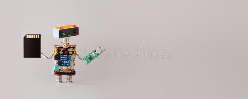 Σύγχρονη τεχνολογία αποθήκευσης πληροφοριών Ρομπότ με βοηθητικό εξοπλισμό αποθήκευσης usb και κάρτα μνήμης αντιγραφή στοκ φωτογραφίες με δικαίωμα ελεύθερης χρήσης