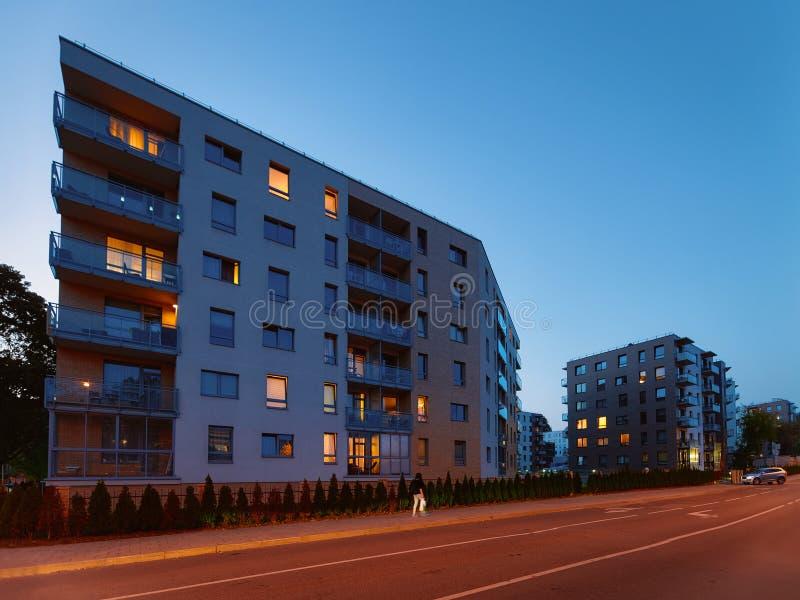 Σύγχρονη υπαίθρια νύχτα αρχιτεκτονικής οικοδόμησης διαμερισμάτων στοκ εικόνα