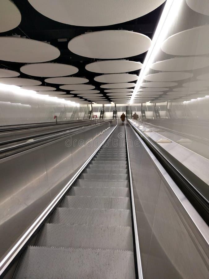 Σύγχρονη φινλανδική κυλιόμενη σκάλα μετρό στον υπόγειο στοκ εικόνες με δικαίωμα ελεύθερης χρήσης