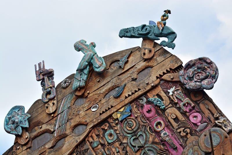 Σύγχρονη Maori ξύλινη γλυπτική σε Aotea τετραγωνικό Ώκλαντ στοκ εικόνα με δικαίωμα ελεύθερης χρήσης
