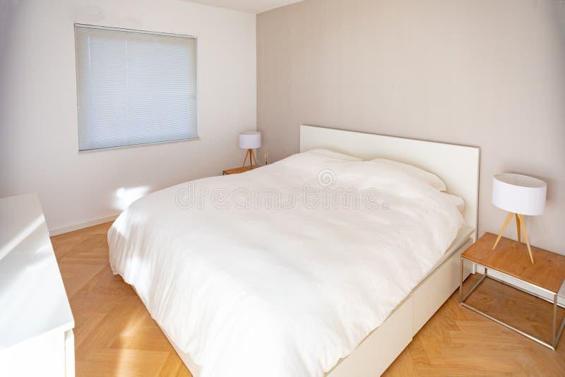 Σύγχρονη, minimalistic κρεβατοκάμαρα στοκ φωτογραφία με δικαίωμα ελεύθερης χρήσης
