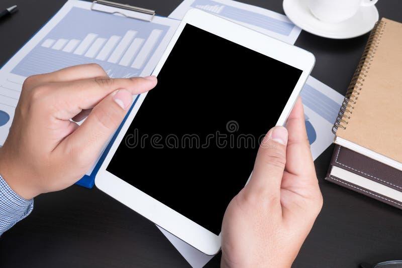 Σύγχρονοι άνθρωποι που κάνουν επιχειρήσεις, γραφικές παραστάσεις και διαγράμματα που είναι demonstrat στοκ εικόνα