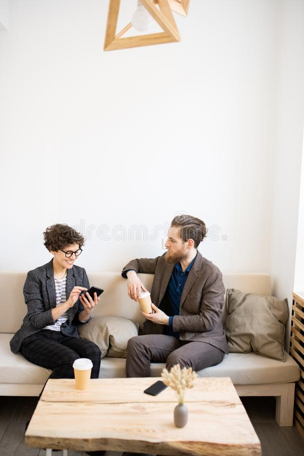 Σύγχρονοι επιχειρηματίες που συναντιούνται στον καφέ στοκ φωτογραφία με δικαίωμα ελεύθερης χρήσης