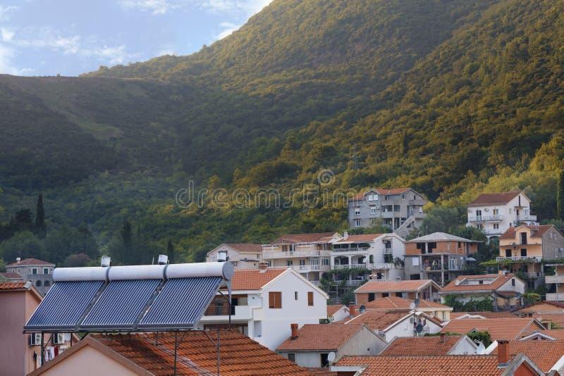 Σύγχρονοι ηλιακοί θερμοσίφωνες στη στέγη του σπιτιού στοκ φωτογραφίες