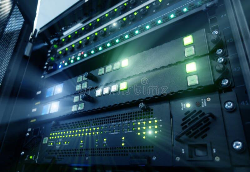 Σύγχρονοι κεντρικοί υπολογιστές επιτροπής στο κέντρο δεδομένων Τεχνολογία τηλεπικοινωνιών Supercomuter Θρυαλλίδες ραφιών κεντρικώ στοκ εικόνα