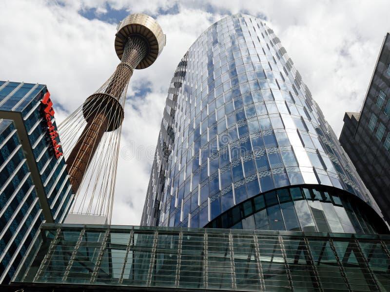 Σύγχρονοι κτήρια ουρανοξυστών του Σίδνεϊ και πύργος, Αυστραλία στοκ εικόνες