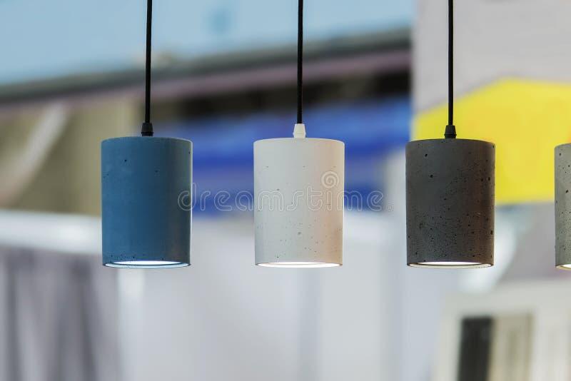 Σύγχρονοι λαμπτήρες σε καφετέρια Διατάξεις φωτισμού οροφής Πολυέλαιο από τσιμέντο στοκ εικόνες