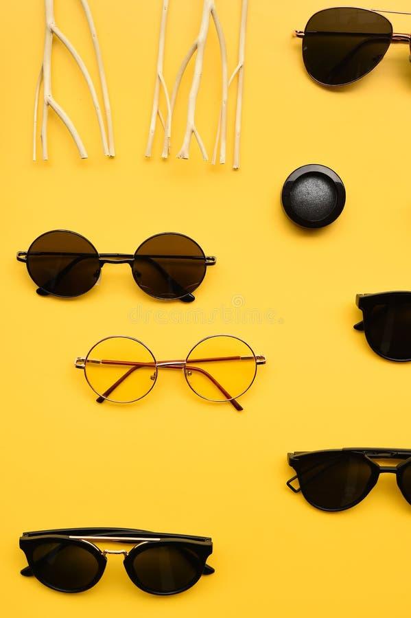 Σύγχρονοι μοντέρνοι γυαλιά ηλίου και αστερίας με το κοχύλι στοκ εικόνες