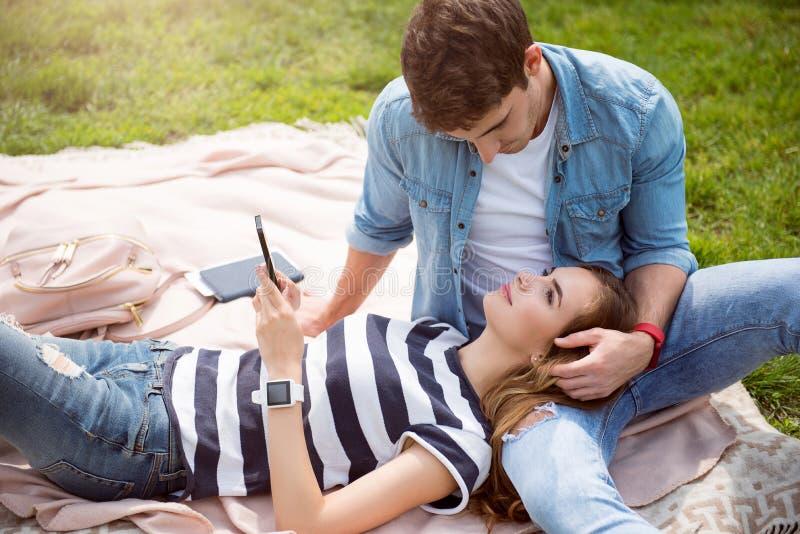 Σύγχρονοι νέοι σε ένα πάρκο στοκ εικόνα