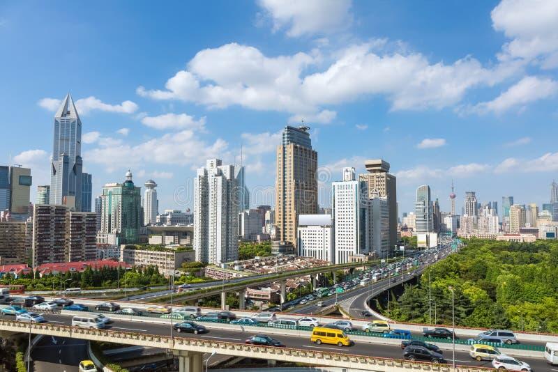 Σύγχρονοι ορίζοντας και μεταφορά πόλεων στοκ εικόνες