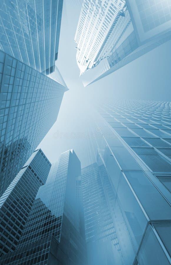 Σύγχρονοι ουρανοξύστες με τη διαστρεβλωμένη προοπτική στοκ φωτογραφία