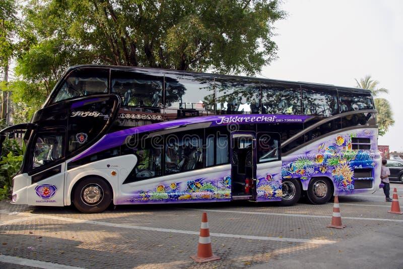 Σύγχρονος άνετος δύο-το λεωφορείο τουριστών στοκ φωτογραφίες