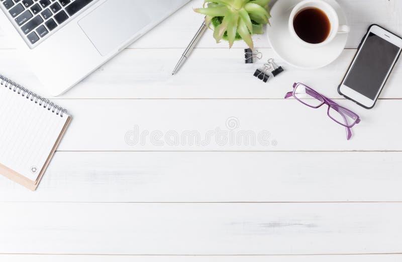 Σύγχρονος άσπρος πίνακας γραφείων γραφείων με το lap-top, στοκ εικόνες
