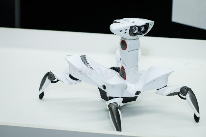 Σύγχρονος άσπρος φουτουριστικός στενός επάνω πυροβολισμός ρομπότ humanoid άσπρος στενός επάνω ρομπότ αραχνών στοκ φωτογραφίες με δικαίωμα ελεύθερης χρήσης