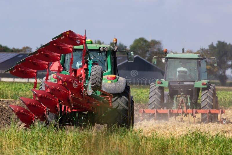 σύγχρονος αέρας στροβίλων τρακτέρ πεδίων γεωργίας