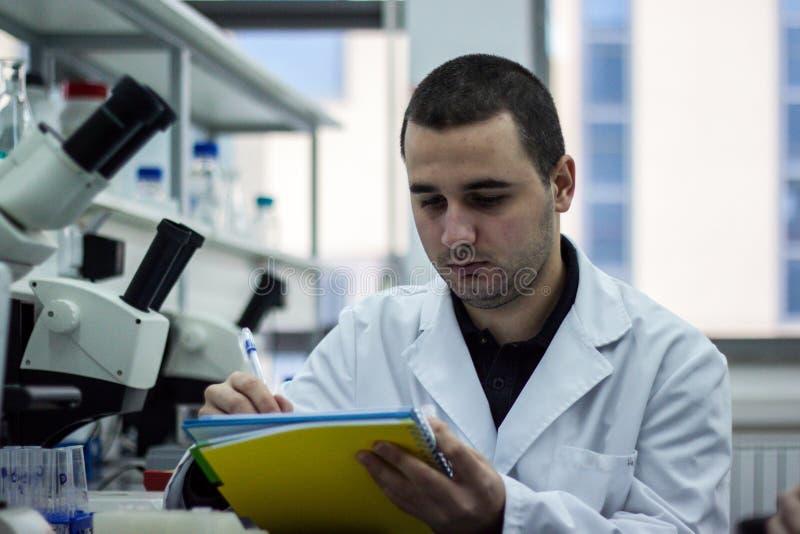Σύγχρονος επιστήμονας που εργάζεται με το σιφώνιο στο laborator βιοτεχνολογίας στοκ φωτογραφίες με δικαίωμα ελεύθερης χρήσης