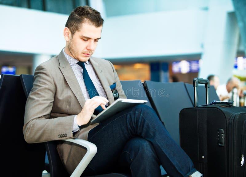 Σύγχρονος επιχειρηματίας που χρησιμοποιεί τον υπολογιστή ταμπλετών στοκ εικόνες