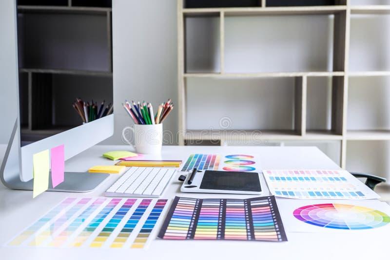 Σύγχρονος εργασιακός χώρος γραφείων με την ταμπλέτα, το γραφικό σχεδιαστή και το χρώμα στοκ φωτογραφία