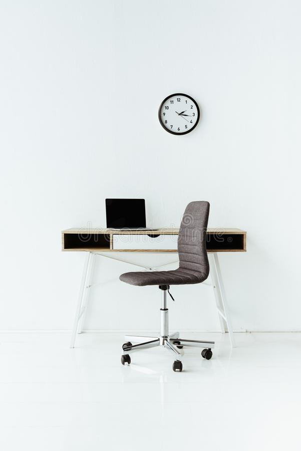 σύγχρονος εργασιακός χώρος με το lap-top και την τροχοφόρο καρέκλα στοκ εικόνες