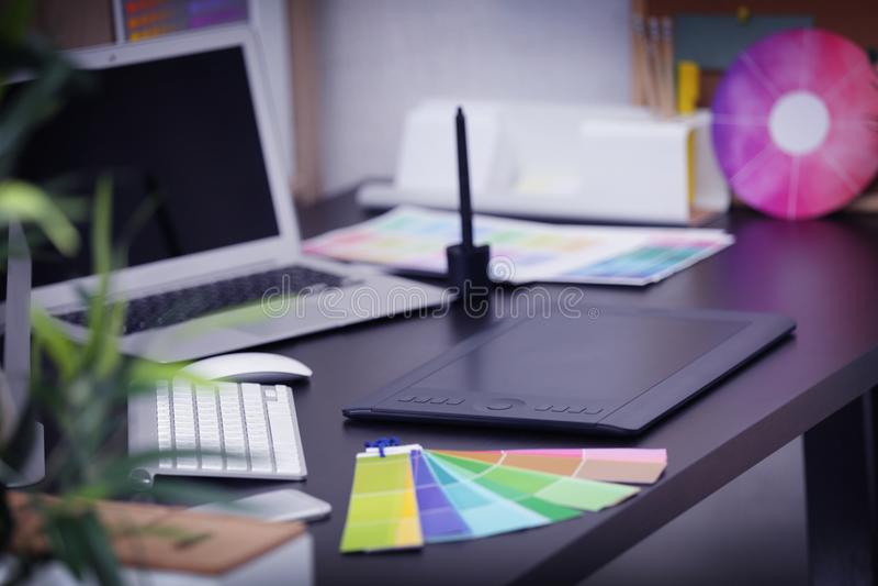 Σύγχρονος εργασιακός χώρος του σχεδιαστή με τις συσκευές στοκ φωτογραφία με δικαίωμα ελεύθερης χρήσης