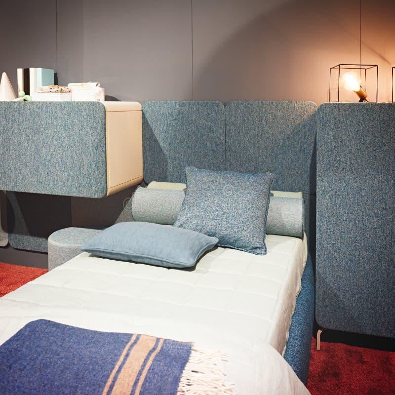Σύγχρονος εσωτερικός γκρίζος μπλε κρεβατοκάμαρων σχεδίου και pinl χρωματίζει το εσωτερικό μιας κρεβατοκάμαρας με τα μαξιλάρια στοκ εικόνες με δικαίωμα ελεύθερης χρήσης
