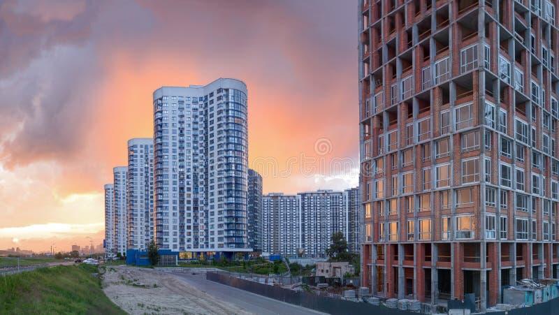 Σύγχρονος ευρωπαϊκός σύνθετος των πολυκατοικιών Και υπαίθριες εγκαταστάσεις στοκ εικόνες