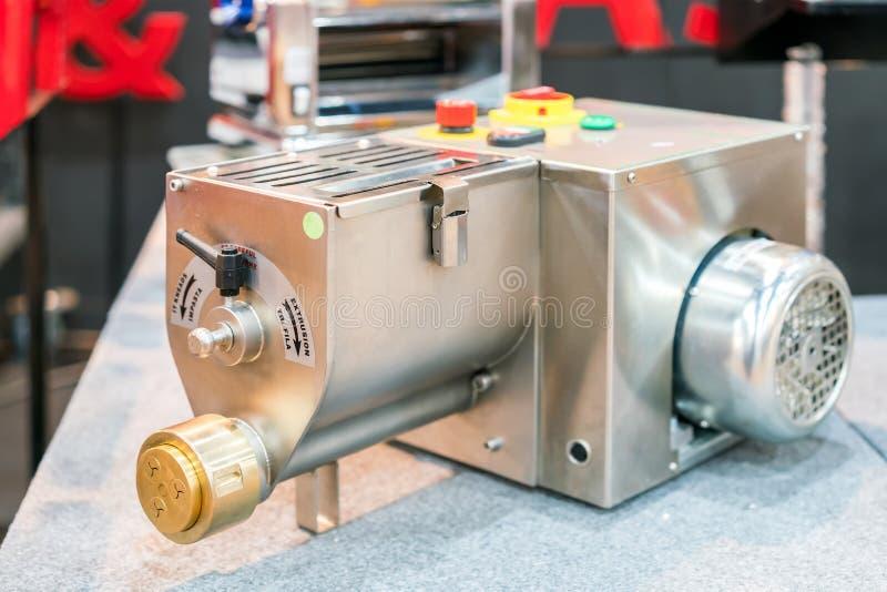 Σύγχρονος και υψηλή τεχνολογία εξωθήστε τη μηχανή ζυμαρικών ζύμης για τη ζύμη και τη ζύμη στα βιομηχανικό τρόφιμα ή το αρτοποιείο στοκ φωτογραφίες με δικαίωμα ελεύθερης χρήσης