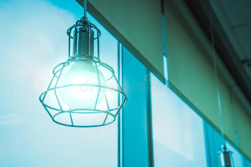 Σύγχρονος λαμπτήρας λαμπών φωτός ύφους στην αρχή στοκ φωτογραφία με δικαίωμα ελεύθερης χρήσης