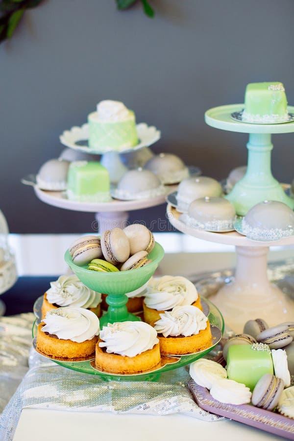 Σύγχρονος μοντέρνος φραγμός γαμήλιων καραμελών πολυτέλειας Macaroons και cupcakes στοκ εικόνα