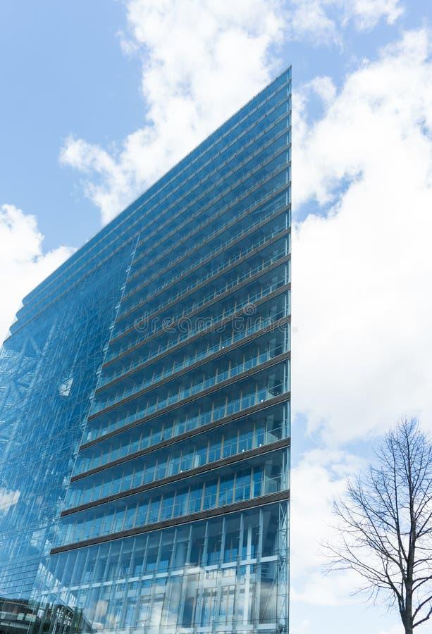 Σύγχρονος μπλε ουρανός ουρανοξυστών οικοδόμησης γυαλιού σε dà ¼ sseldorf στοκ φωτογραφία με δικαίωμα ελεύθερης χρήσης