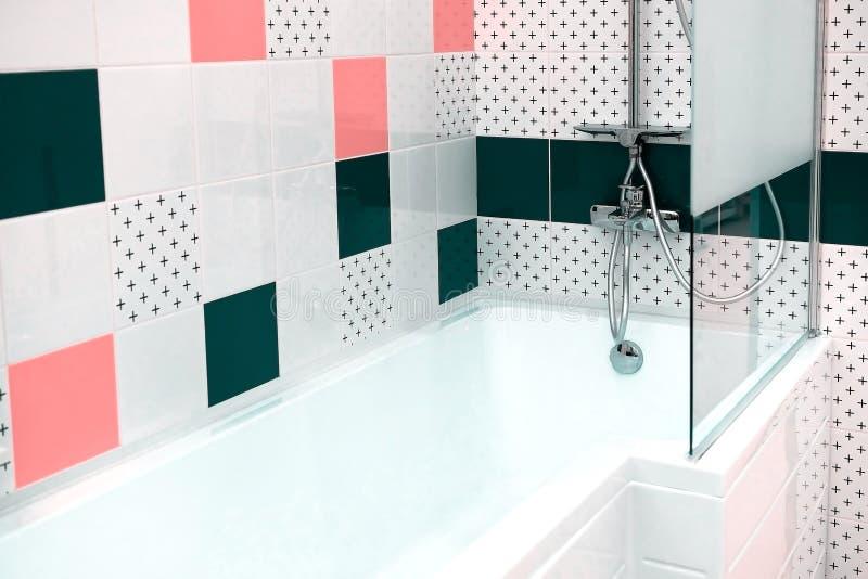 Σύγχρονος νεροχύτης λεκανών πλυσίματος στο λουτρό Το χρώμιο κάλυψε τον αναμίκτη νερού Ο καθρέφτης επάνω από το νεροχύτη στοκ φωτογραφία με δικαίωμα ελεύθερης χρήσης