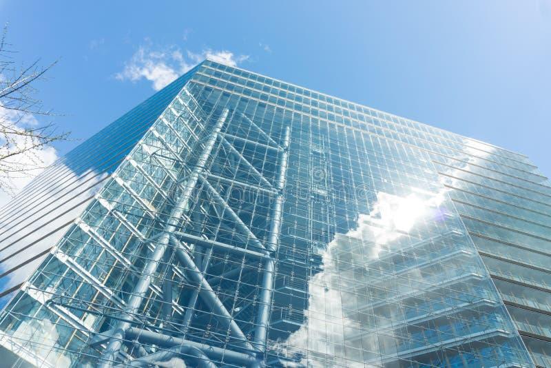Σύγχρονος ουρανοξύστης οικοδόμησης γυαλιού σε Duesseldorf στο μπλε ουρανό της Γερμανίας στοκ φωτογραφία με δικαίωμα ελεύθερης χρήσης
