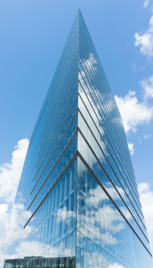 Σύγχρονος ουρανοξύστης οικοδόμησης γυαλιού στο μπλε ουρανό duesseldorf στοκ φωτογραφία