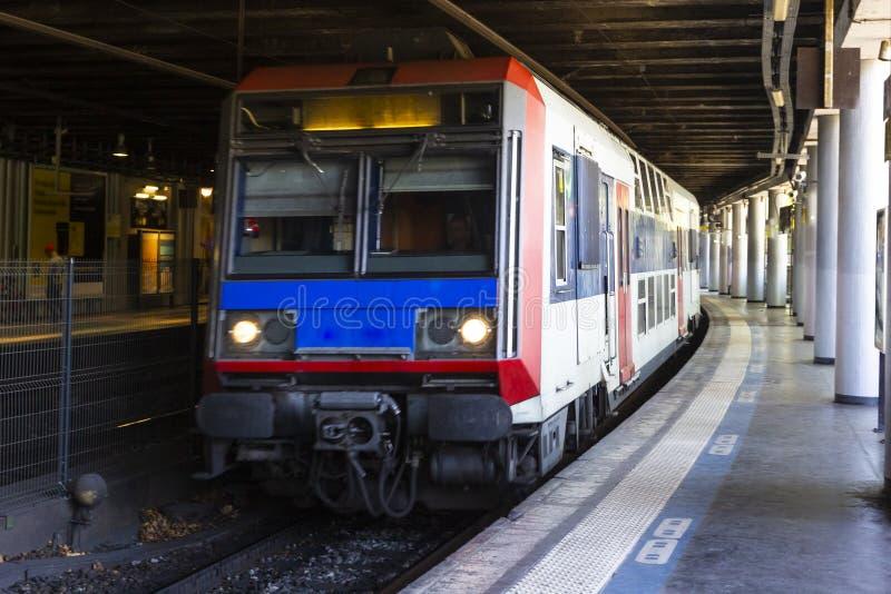 Σύγχρονος σταθμός μετρό με το υπόγειο τρένο υψηλής ταχύτητας στο Παρίσι, Γαλλία Μεταφορά σιδηροδρόμων Υπόβαθρο ταξιδιού στοκ φωτογραφία με δικαίωμα ελεύθερης χρήσης