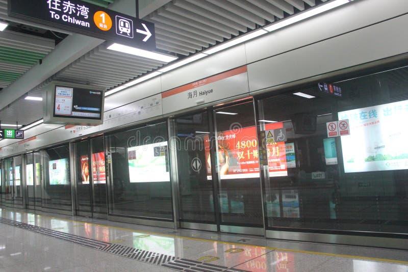 Σύγχρονος σταθμός μετρό σε SHENZHEN, ΚΊΝΑ, ΑΣΊΑ στοκ εικόνες