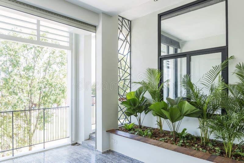 Σύγχρονος σύγχρονος εσωτερικός κήπος μπαλκονιών σχεδίου στοκ φωτογραφίες