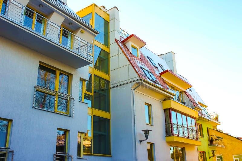 Σύγχρονος σύνθετος των κατοικημένων κτηρίων διαμερισμάτων στοκ φωτογραφία με δικαίωμα ελεύθερης χρήσης