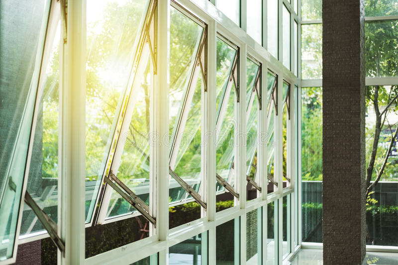 Σύγχρονος τοίχος κτιρίου γραφείων και ανοιγμένο παράθυρο το πρωί στοκ φωτογραφίες