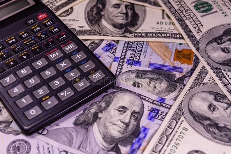 Σύγχρονος υπολογιστής λογαριασμοί εκατό δολαρίων στοκ φωτογραφία