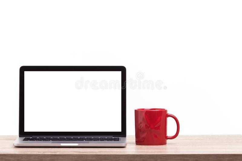 Σύγχρονος φορητός προσωπικός υπολογιστής στον ξύλινο πίνακα Πυροβολισμός στούντιο που απομονώνεται επάνω στοκ φωτογραφίες με δικαίωμα ελεύθερης χρήσης
