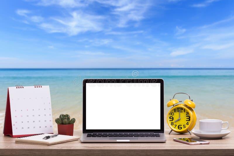 Σύγχρονος φορητός προσωπικός υπολογιστής, φλυτζάνι καφέ, ξυπνητήρι, σημειωματάριο και ασβέστιο στοκ φωτογραφίες