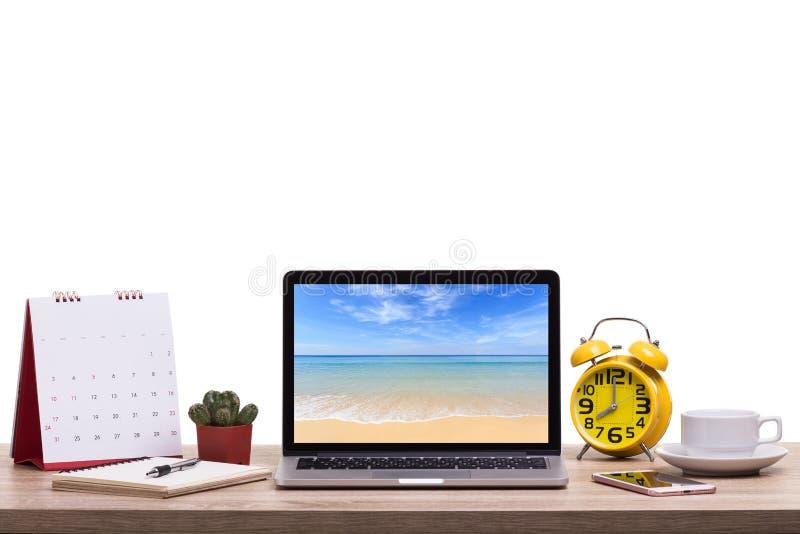 Σύγχρονος φορητός προσωπικός υπολογιστής, φλυτζάνι καφέ, ξυπνητήρι, σημειωματάριο και ασβέστιο στοκ εικόνες