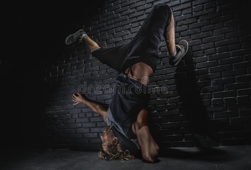 Σύγχρονος χορός νεαρών άνδρων στοκ εικόνα